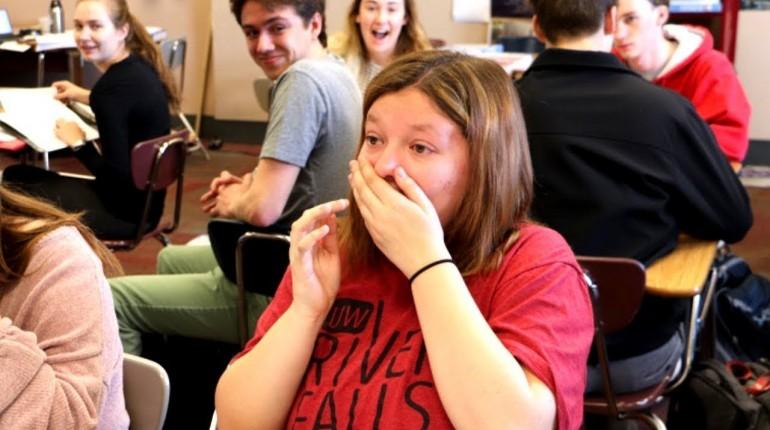 Licealistka nie ma z kim iść na bal maturalny, ale słyszy znany głos i nie może w to uwierzyć!