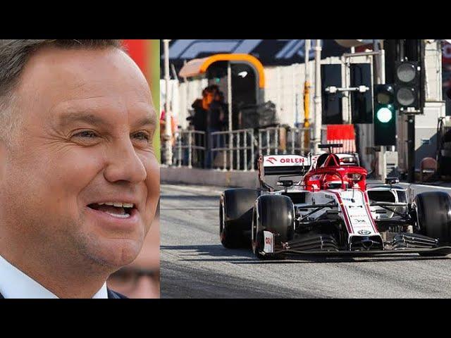 Andrzej Duda niemal wsiadł do bolidu F1. Zobacz jak Kubica prezentuje mu maszynę Alfy Romeo!
